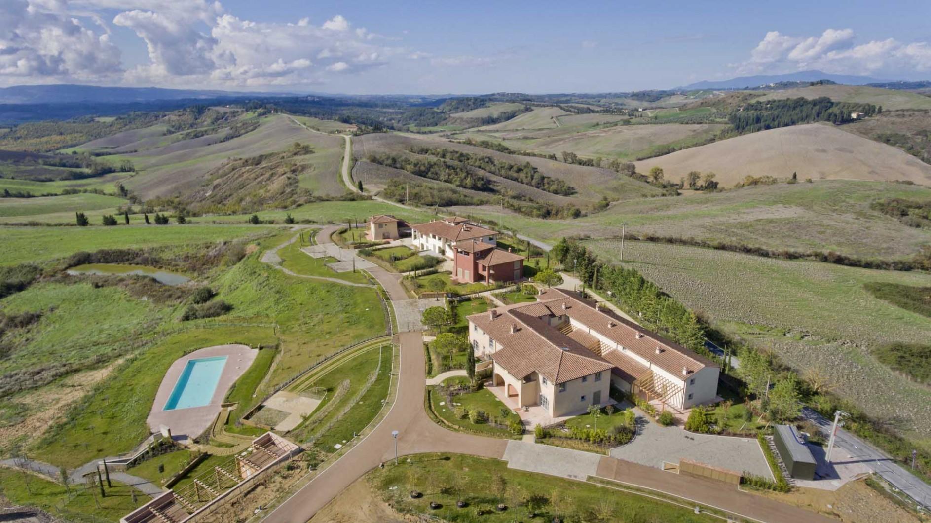 Villaggio la collina piscina condominiale for Piani di serra in collina